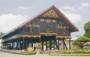 Tampak depan Rumoh Aceh dengan Beragam Hias